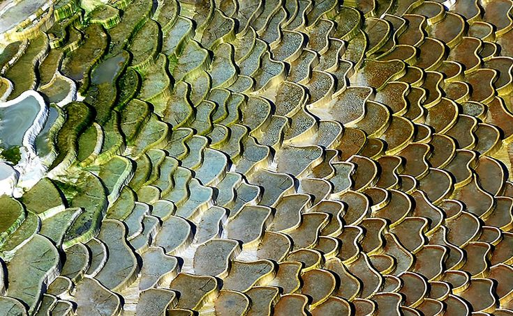 Változatos színű teraszok a sódombon