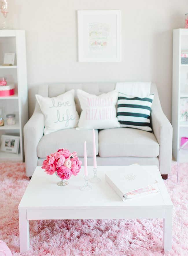 White living room with a pink candy cotton carpet and pink deco elements