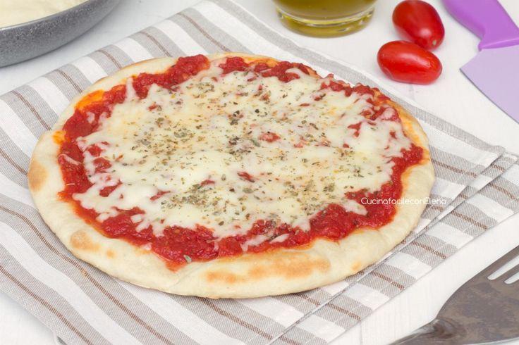 Stanchi di aspettare ore per mangiare la pizza? Ecco la pizza in padella, una deliziosa pizza che si cuoce in padella in pochi minuti e senza lievitazione!!