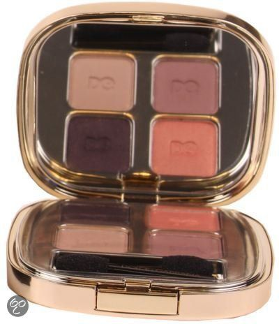 Dolce & Gabbana The Eyeshadow biedt 4 verschillende kleuren oogschaduw die varieren van mat en metallic tot satijn en parel. Met de verschillende kleuren kan een rokerig effect gecreeërd worden maar kan ook een betrouwbare doorschijnende kleur worden gecreeërd. De oogschaduw is verkrijgbaar in verschillende combinaties