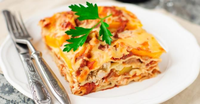 Recette de Lasagnes légères à la dinde et sauce tomate. Facile et rapide à réaliser, goûteuse et diététique. Ingrédients, préparation et recettes associées.