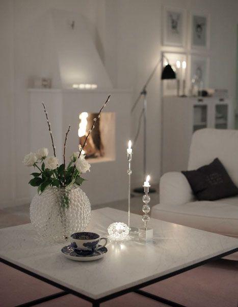Al llegar la noche enciende velas para disfrutar de como la luz artificial cambia los contornos de la decoración de casa.