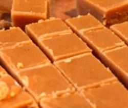 40 jaar oue fudge resep, die is 'n wenner…. keer op keer ! 1kg suiker. 115 g (125 ml) botter. 250 ml vars melk. 25 ml goue stroop. Knippie sout. 1 blik kondensmelk. 5 ml vanieljegeursel…