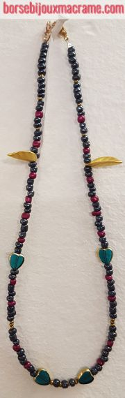 Collana di perline antracite, foglie color oro e cuori verdi trasparenti con bordino color oro.