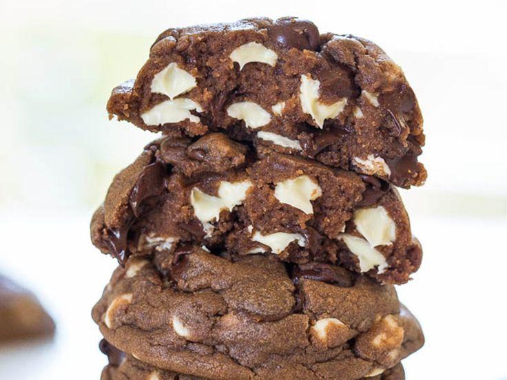 Μαλακά μπισκότα με λευκή και μαύρη σοκολάτα