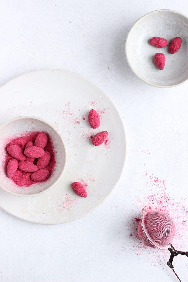 Let ristede mandler overtrukket med mørk chokolade tilsat flagesalt og vendt i frysetørret hindbærpulver. Juleslik af den sunde, men superlækre slags - og en perfekt lille værtindegave!