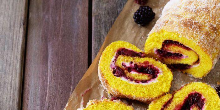 Saffransrulltårta med björnbär och färskost