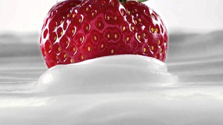 ΦΑΓΕ Total 2% με φράουλα. Όλοι αγαπάνε το Total και τη φράουλα. Μαζί δημιουργούν μια σχέση που αξίζει να ερωτευθείς.  Η νέα τηλεοπτική διαφήμιση του αγαπημένου μας στραγγιστού γιαουρτιού Total 2% με φράουλα για το 2015.