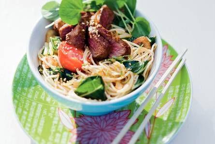 Thaise noedels met waterkers en gemarineerde biefstuk