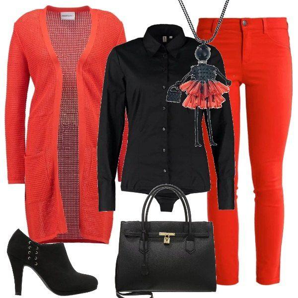 Rosso abbinato al nero per la composizione composta da un paio di pantaloni aderenti e un cardigan lungo rossi, da abbinare ad una camicia body nera. Le scarpe sono degli stivaletti, la borsa è a mano e una collana con un ciondolo a forma di bambola completa il tutto.
