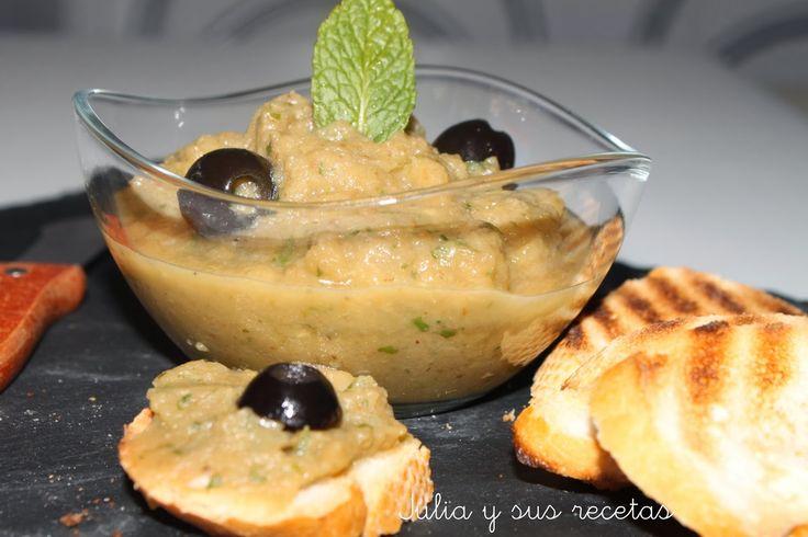 Este Paté de berenjenas es de origen griego y es muy sencillo de hacer. Acompañado de pan tostado, o galletas saladas es un rico y fresco entrante. Es mi segunda aportación al Recetario Mañoso, cuyo f