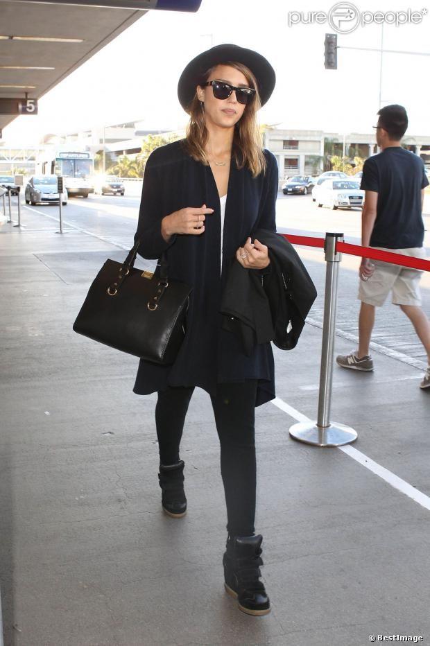 Jessica Alba mise sur le confort lors de son arrivée à l'aéroport de Los Angeles. Perchée sur ses baskets Isabel Marant, la vedette embrasse...