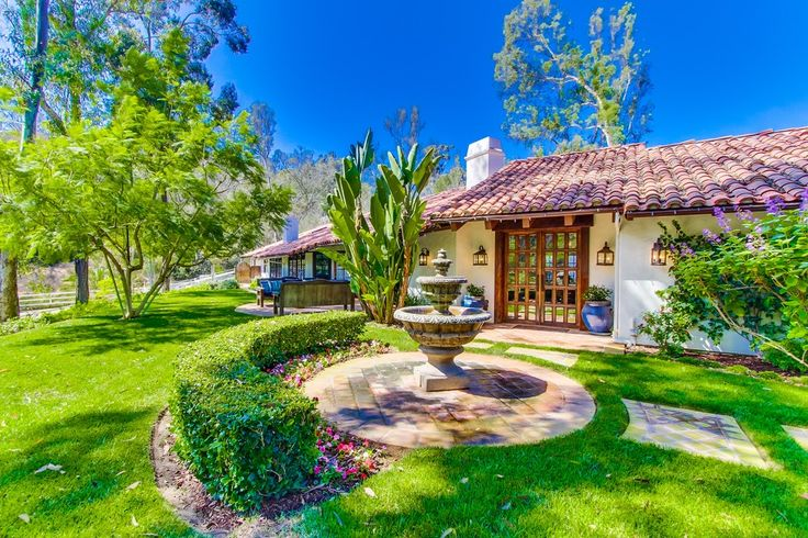 La Bella Vida is as beautiful a venue as the name implies! This is the ultimate private home for those looking for a refreshing locale in San Diego.  Originally crafted in the 1950's and recently renovated in 2009, thisresortstylehome delights with