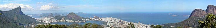Panorama da cidade do Rio de Janeiro com destaque para as montanhas do Corcovado (esquerda), Pão de Açúcar (centro, ao fundo) e Dois Irmãos (direita), a partir da Vista Chinesa.