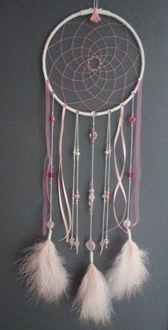 Attrape-rêves rose poudré, dreamcatcher, plumes, perles et ficelle : Décorations murales par la-fee-et-ses-secrets