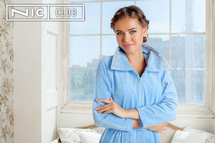 Халат Tenerezza («Тенерецца») — прямого силуэта, средней длины, на молнии, завязывается на мягкий пояс. Широкая кружевная тесьма в тон основной ткани декорирует низ рукавов длиной ¾ и накладные карманы. Изделие от Nic Club («Ник Клаб») выполнено из качественного велюра с высоким содержанием хлопка — 80%.  #bathrobe #morning #blue #womansclothing #homewear #loungewear #nicclub #халат #женскийхалат #велюровыйхалат #халатскружевом #велюр #кружево