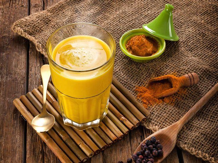 Goldene Milch oder Golden Milk wärmt dich von innen und schmeckt nach fernen Ländern. Die besondere Zutat von Goldener Milch ist Kurkuma. Das Curcumin in Kurkuma soll antioxidative und entzündungshemmende Wirkung haben und Verdauung und Leber unterstützen. #kurkuma #goldenmilk #goldenemilch #ayurveda #vegan #gewürz #pfeffer #reisdrink #milchalternative #joyaworld #joya