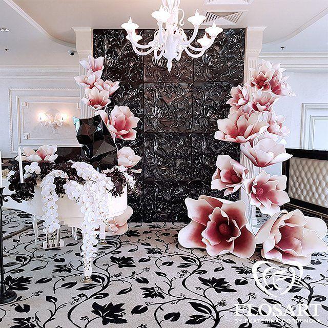 В лобби-баре гостиницы Милан есть интересная стена с белым роялем, которую мы и…