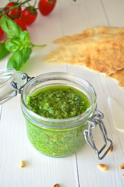Ingrediënten voor 1 potje Olijfolie 3 handjes basilicum 2 tenen knoflook 30 gram pijnboompitten 30 gram parmezaanse kaas Zout en peper