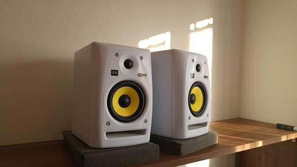 2 x KRK RP5 RoKit G2 Aktivmonitor 5 Zoll weiß + 2 x akustik ISO-Pad