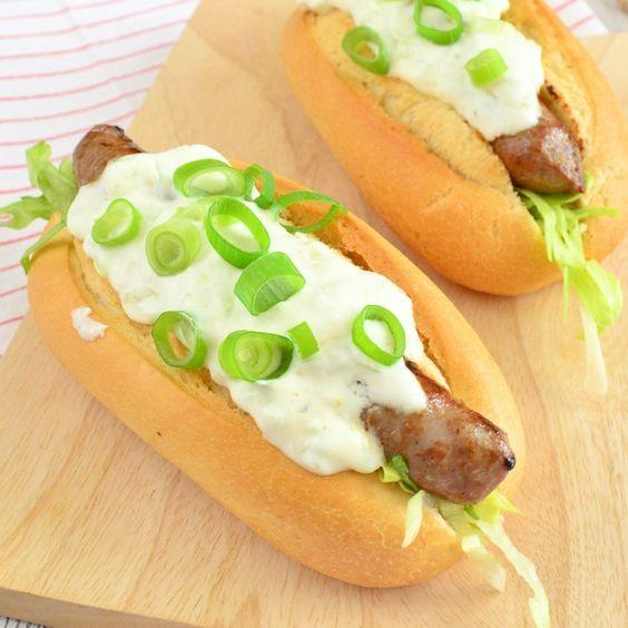 Deze Griekse hotdogs zijn lekker snel te maken zodat je vlot aan tafel kunt. Met weinig ingrediënten maak je in een handomdraai deze hotdogs.