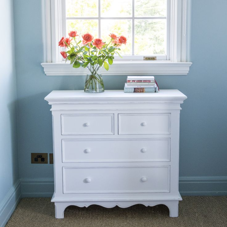 This gorgeous Chest of 4 Drawers is meticulously hand-crafted with bevelled edges and an elegant swirl at the base. It is finished in a serene soft white and provides useful storage for clothes and accessories, whilst adding a classic statement to your home.
