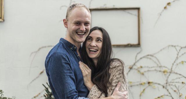 Marika a Jirka jsou manželé. Manželé v kuchyni - tak se jmenuje i jejich kuchařka, kterou s nadšením zrovna připravují. Jak vstávají a čím si zpříjemňují rána?