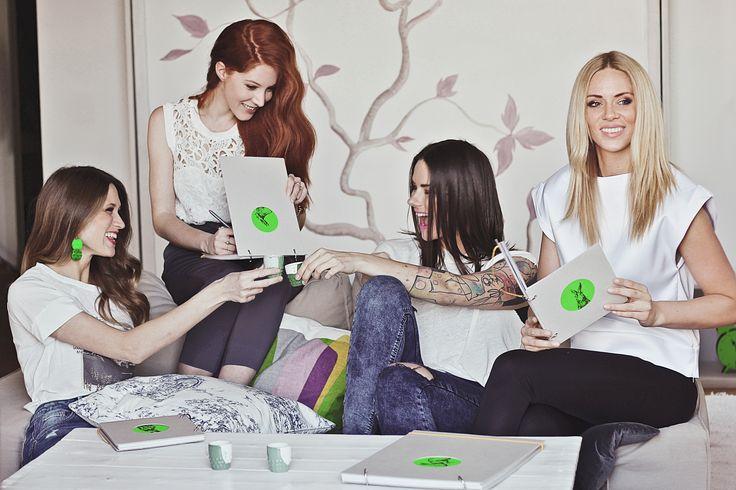 SKOBA vytvořila jarní kolekci skicáků a diářů. Na stole kalíšky od Studia Malíská, vhodné na presso, panáky, nebo vajíčka. Náušnice ateliér MATE.  Modelka: BLOGES ROBES Fotografka: Angelina Nga Le Make-up: Eco Salon Rolland Hairstyle: ECO salon Rolland Foceno v hotelu Fusion Hotel Prague  Ke koupi pouze na www.bit.ly/DMjaro2015