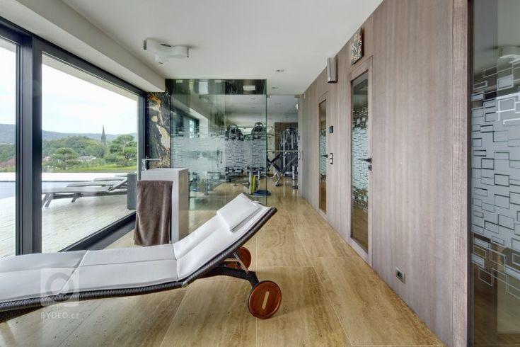 Působivá minimalistická vila leží v kopcovité krajině nad Děčínem. Je navržena a umístěna na rozlehlý pozemek tak, aby si její majitelé mohli maximálně užívat…
