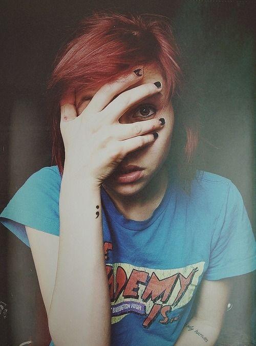 Chica con tatuaje de punto y coma en el brazo