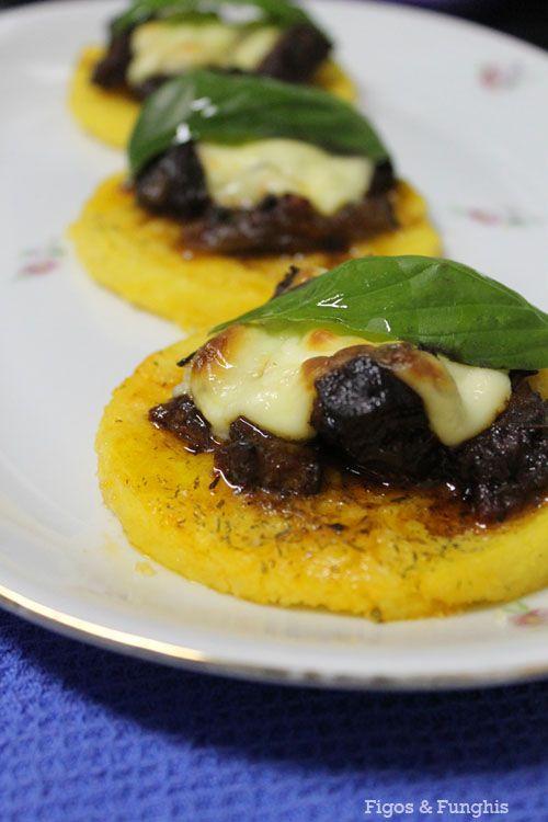Mini pizza de polenta com ragu de picanha | Figos & Funghis
