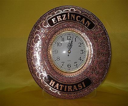 El işleme bakır saat Tamamen bakırdan olup el ile işlenmiştir Erzincan'ın yöresel motiflerinin işlendiği güzel örneklerdendir. Sarı,Mavi,Yeşil,Pembe,Beyaz renkleri mevcuttur. Ölçüleri 20*20 dir Saati çalışır vaziyettedir.