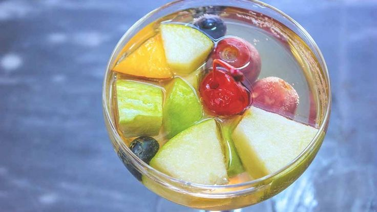 Aperitivo leggero, idee cocktail per aperitivo, sangria con prosecco e vermouth