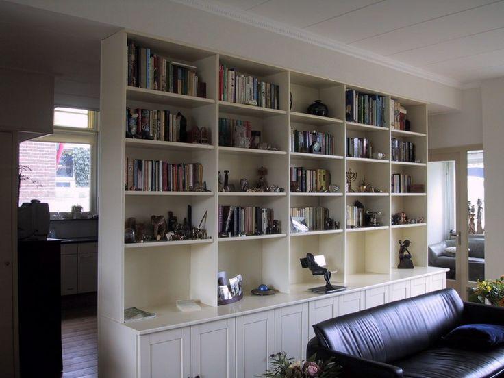 Boekenkast als scheidingswand tussen keuken en woonkamer