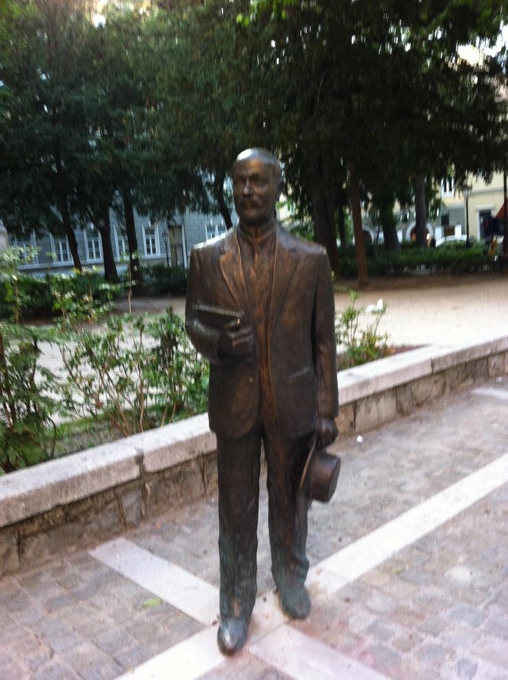 La statua dello scrittore Italo Svevo in piazza Hortis a Trieste