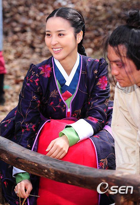 제중원  jungwon(Hangul:제중원;hanja:濟眾院) is a 2010 South Koreanperiodmedical dramatelevision series about the establishment ofJejungwonin 1885, the first modern Western hospital in theJoseon Dynasty. StarringPark Yong-woo,Han Hye-jinandYeon Jung-hoon, it aired onSBS for 36 episodes.Chejungwonwas founded inSeoulin 1885, and is known as the first Western medical institution inKorea. Hwang Jung  was Joseon's first surgeon and one of the country's premier doctors.