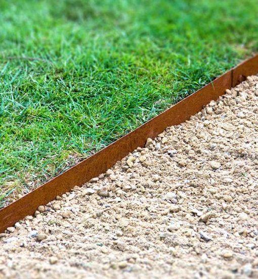 Kantopsluiting Cortenstaal. Ideaal als afboording voor grind of gras.