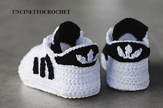 Un meraviglioso paio di scarpette stile Adidas all'uncinettoper i nostri cuccioli, non sono bellissime? Io le trovo adorabili, potete farle più piccole per realizzare un portachiavi, o della misura giusta per un paio di deliziose scarpette per i neon ...
