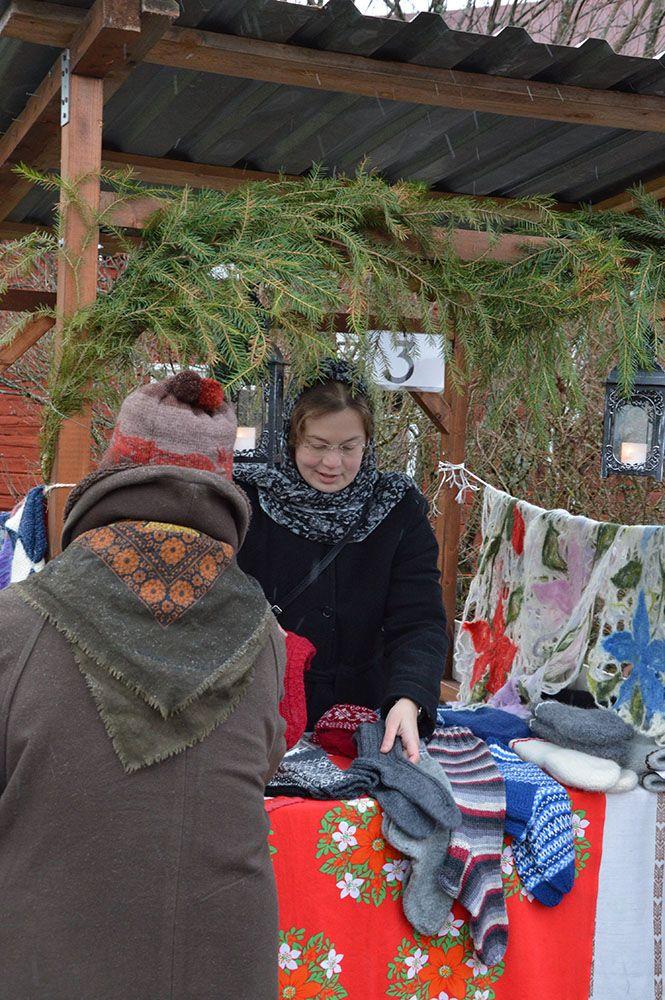 Perinteiset käsityöt tekevät kauppansa joulumarkkinoilla. Luuppi, Oulu (Finland)
