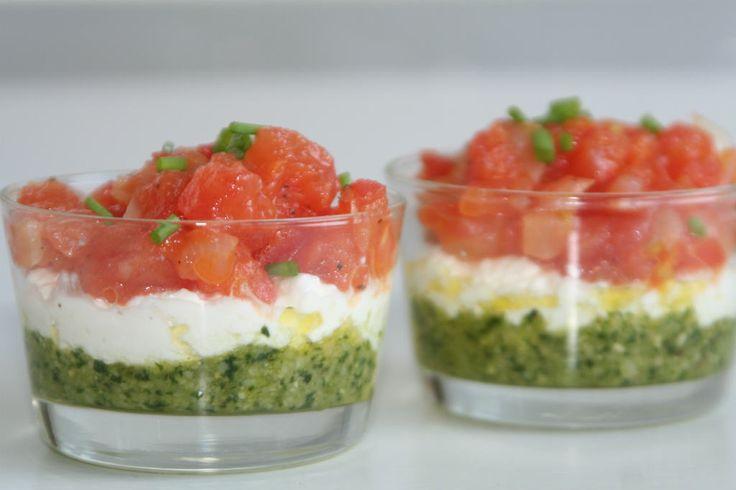 Italiaanse amuse: vlag in een glaasje. Zelfgemaakte pesto met zachte kaas en zoete tomaatjes. Puur en bomvol smaak.
