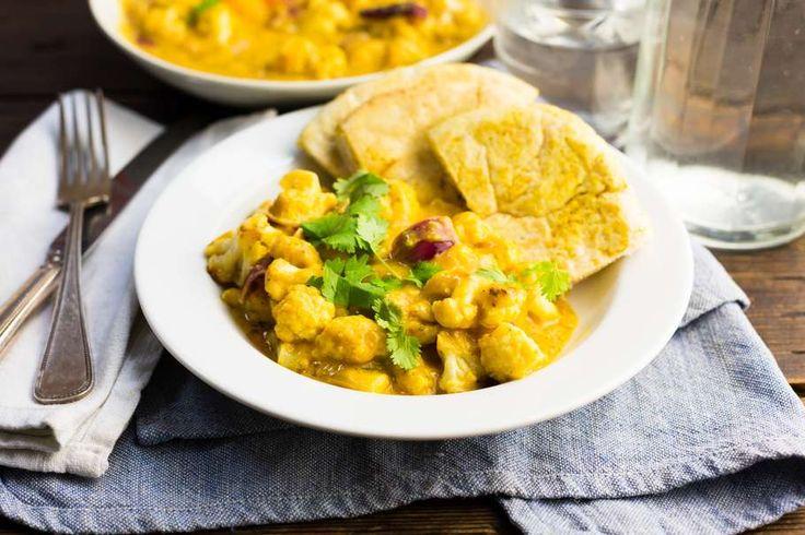 Recept voor indiase bloemkool curry voor 4 personen. Met zonnebloemolie, zout, boter, water, peper, bloemkool, currysaus, rode ui, knoflook, naanbrood en mandarijn