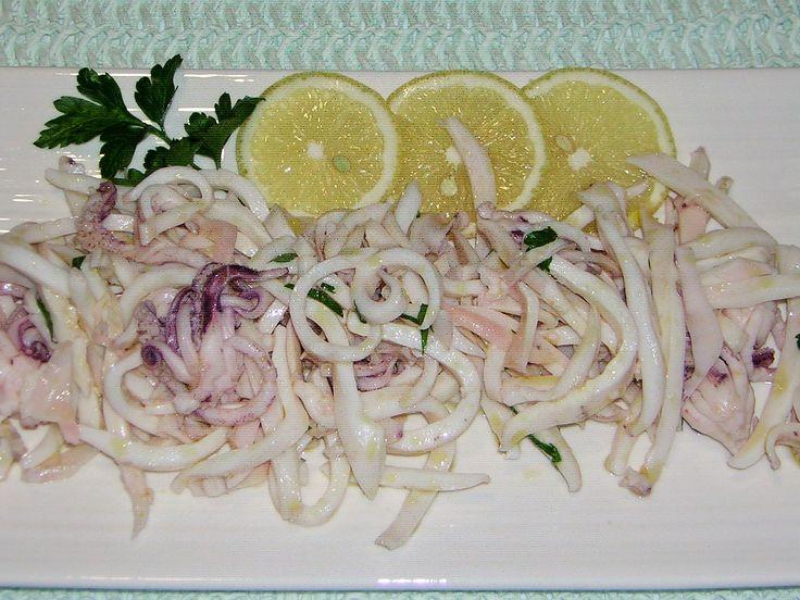 Preparare una insalata di calamari lessi è semplice e il tempo che occorre è di 30 minuti compresa la pulizia e la cottura