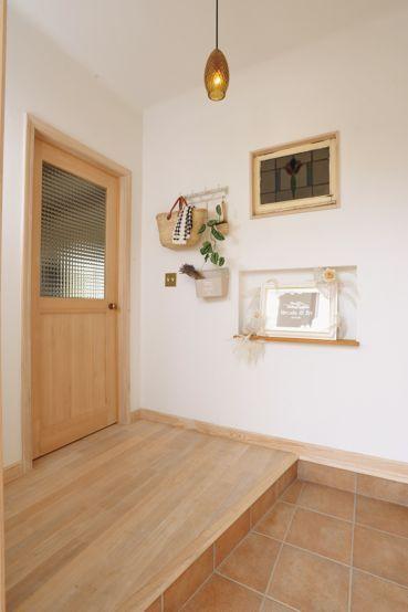 イギリスから取り寄せたシンクを使った真っ白いタイルの造作キッチンで、おうちカフェを楽しめるシンプルナチュラルな2階建て住宅