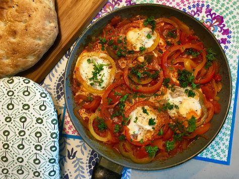 Nieuw recept: Turkse eieren met brood:  Eieren zijn de ideale vleesvervangers, vol met goede mineralen en overige bouwstoffen voor het lichaam. Je kunt ze op verschillende manieren bereiden, dit keer op een licht Turkse manier samen met heerlijk Turks brood. De eieren worden soort van gepocheerd in een tomaten gerecht samen met paprika en lekkere kruiden. http://wessalicious.com/turkse-eieren-met-brood/