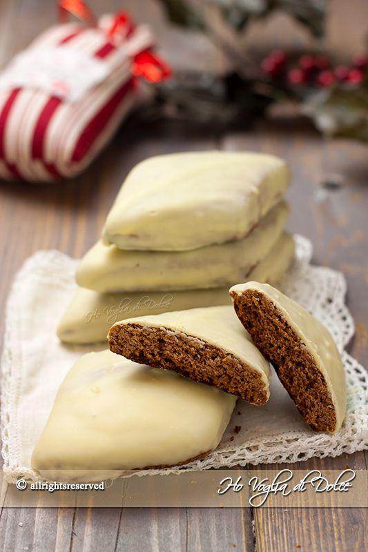 Mostaccioli al cioccolato bianco e limoncello, una variante dei classici mostaccioli napoletani. Ricetta tradizionale natalizia di biscotti morbidi farciti.