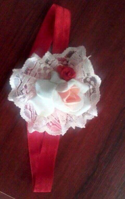 Bentita cu dantelă si trandafir spuma