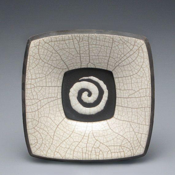 Plaque en céramique raku blanc cuit avec spirale par DavisVachon
