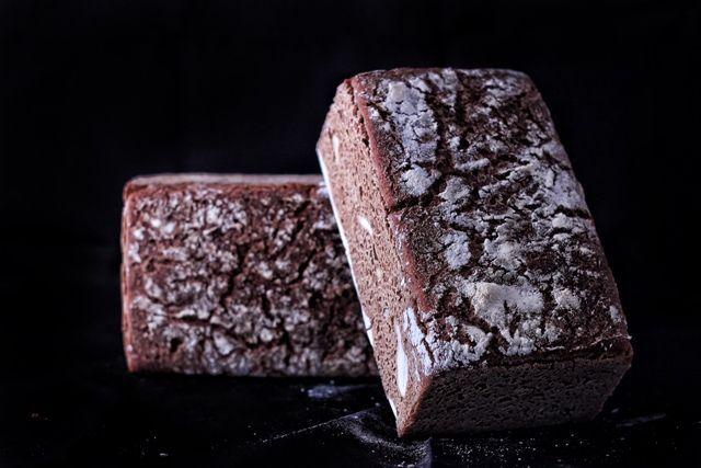 Çavdar Ekmeği Kan Şekeri Miktarını Sağlıklı Düzeyde Tutarİşlenmiş tahıllarda lifin büyük kısmı ayrıldığı için, beyaz ekmek kan şekerinde hızlı bir yükselmeye yol açarak insülin düzeyini artırır ve vücudunuzu yağ depolatmak için uyarır. Daha az işlenmiş tahıl içeren çavdar ekmeği kan şekerinin daha iyi seviyede kalmasını ve vücudun daha az yağ depolamasını sağlar.