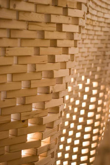 Professor Ingeborg M. Rocker of Rocker-Lange Architects and students at the Graduate School of Design at Harvard University, USA, used a robot to build an undulating double-wall structure.