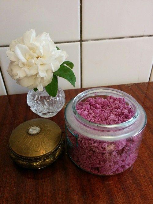 Gör eget badsalt med rosor DIY